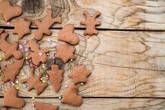 Cookies do pão-de-espécie do Natal com formas diferentes sobre uma tabela de madeira do vintage Foto de Stock Royalty Free