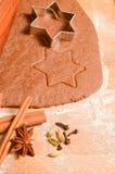 Cookies do pão-de-espécie do Natal do cozimento A cena descreve a massa rolada Imagens de Stock Royalty Free