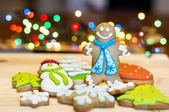 Cookies do pão-de-espécie do Natal em um fundo do bokeh Fotografia de Stock Royalty Free