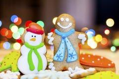 Cookies do pão-de-espécie do Natal em um fundo do bokeh Imagens de Stock Royalty Free
