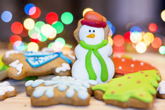 Cookies do pão-de-espécie do Natal em um fundo do bokeh Imagem de Stock