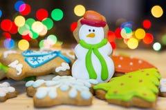 Cookies do pão-de-espécie do Natal em um fundo do bokeh Foto de Stock Royalty Free