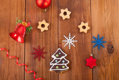 Cookies do pão-de-espécie e bolas do Natal Fotografia de Stock