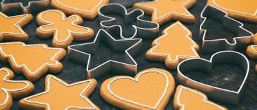 Cookies do pão-de-espécie e cortadores, configuração lisa, fundo preto, papel de parede fotografia de stock royalty free
