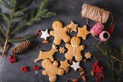Cookies do pão-de-espécie em um fundo cinzento Bolinhos do Natal Imagem de Stock