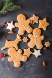 Cookies do pão-de-espécie em um fundo cinzento Bolinhos do Natal Imagens de Stock