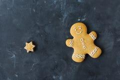 Cookies do pão-de-espécie em um fundo cinzento Bolinhos do Natal Fotos de Stock Royalty Free