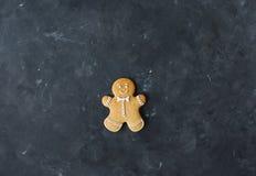 Cookies do pão-de-espécie em um fundo cinzento Bolinhos do Natal Imagem de Stock Royalty Free