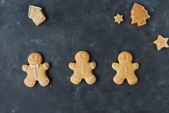 Cookies do pão-de-espécie em um fundo cinzento Bolinhos do Natal Foto de Stock Royalty Free