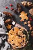 Cookies do pão-de-espécie em um fundo cinzento Bolinhos do Natal Imagens de Stock Royalty Free
