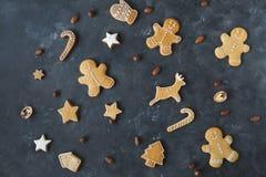 Cookies do pão-de-espécie em um fundo cinzento Bolinhos do Natal Fotografia de Stock