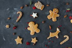 Cookies do pão-de-espécie em um fundo cinzento Bolinhos do Natal Foto de Stock