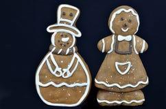 Cookies do pão-de-espécie, isoladas no preto imagens de stock