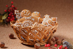 Cookies do pão-de-espécie na cesta Fotografia de Stock Royalty Free