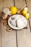 Cookies do pão-de-espécie na forma do coração Fotos de Stock Royalty Free