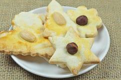 Cookies do pão-de-espécie na placa imagens de stock