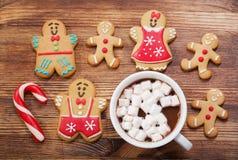Cookies do pão-de-espécie do Natal e copo do chocolate quente, vista superior fotografia de stock