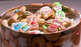 Cookies do pão-de-espécie do Natal na caixa aberta fotos de stock