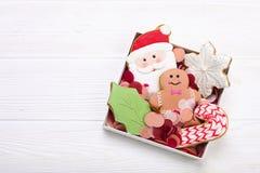 Cookies do pão-de-espécie do Natal no fim de madeira branco do fundo da caixa de presente acima Imagens de Stock Royalty Free