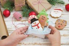 Cookies do pão-de-espécie do Natal no fim de madeira branco do fundo da caixa de presente acima Imagem de Stock
