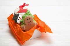 Cookies do pão-de-espécie do Natal no fim de madeira branco do fundo da caixa de presente acima Fotos de Stock Royalty Free