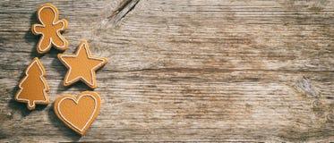 Cookies do pão-de-espécie do Natal, vista superior, fundo de madeira, bandeira fotografia de stock royalty free