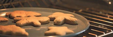 Cookies do pão-de-espécie no forno Imagem de Stock Royalty Free