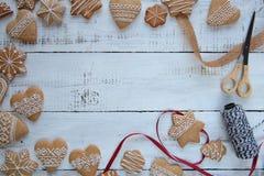 Cookies do pão-de-espécie no fundo de madeira branco Foto de Stock