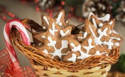 Cookies do presente em uma cesta de vime e em uns doces Foto de Stock Royalty Free