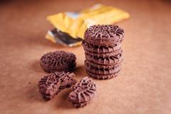 Cookies do sanduíche do chocolate com creme do chocolate para dentro Foto de Stock