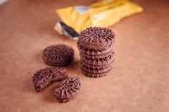Cookies do sanduíche do chocolate com creme do chocolate para dentro Fotografia de Stock Royalty Free