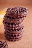 Cookies do sanduíche do chocolate com creme do chocolate para dentro Foto de Stock Royalty Free