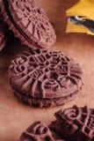 Cookies do sanduíche do chocolate com creme do chocolate para dentro Imagens de Stock Royalty Free