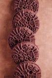 Cookies do sanduíche do chocolate com creme do chocolate para dentro Imagem de Stock