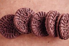 Cookies do sanduíche do chocolate com creme do chocolate para dentro Fotos de Stock Royalty Free