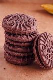 Cookies do sanduíche do chocolate com creme do chocolate para dentro Fotografia de Stock