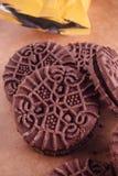Cookies do sanduíche do chocolate com creme do chocolate para dentro Imagem de Stock Royalty Free