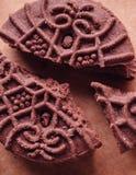 Cookies do sanduíche do chocolate com creme do chocolate para dentro Fotos de Stock