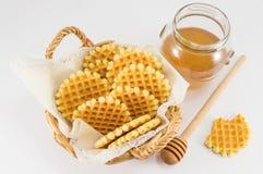 Cookies do waffle em uma cesta de vime imagem de stock royalty free
