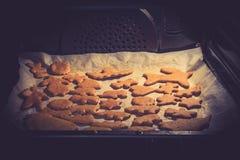Cookies do Xmas no forno Foto de Stock Royalty Free
