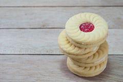 Cookies doces com creme e doce no fundo de madeira foto de stock