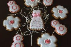 Cookies doces do pão-de-espécie com crosta de gelo branca fotos de stock royalty free