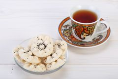 Cookies doces persas dadas forma flor Naan Berenji do arroz com PNF fotos de stock
