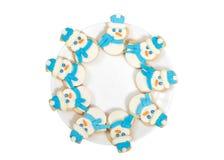 Cookies dos bonecos de neve em uma opinião lisa da placa isoladas no branco Imagem de Stock