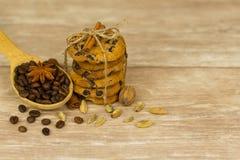 Cookies dos pedaços de chocolate amarradas com uma corda foto de stock royalty free