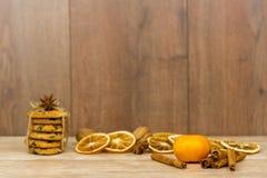 Cookies dos pedaços de chocolate amarradas com uma corda em uma tabela de madeira foto de stock royalty free