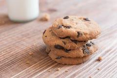 Cookies dos pedaços de chocolate com um vidro do leite Foto de Stock Royalty Free