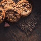 Cookies dos pedaços de chocolate, cozidas recentemente na tabela de madeira Copie termas foto de stock