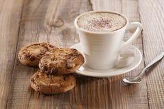 Cookies dos pedaços de chocolate da farinha de aveia com fundo de madeira Foto de Stock