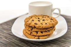 Cookies dos pedaços de chocolate e copo do leite Fotos de Stock